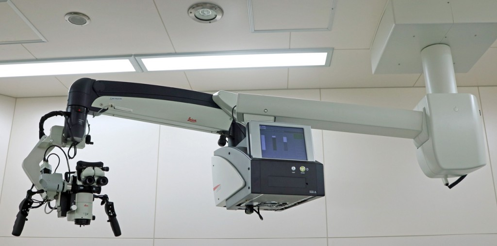 Leica 社(ドイツ)製天井懸架式手術用顕微