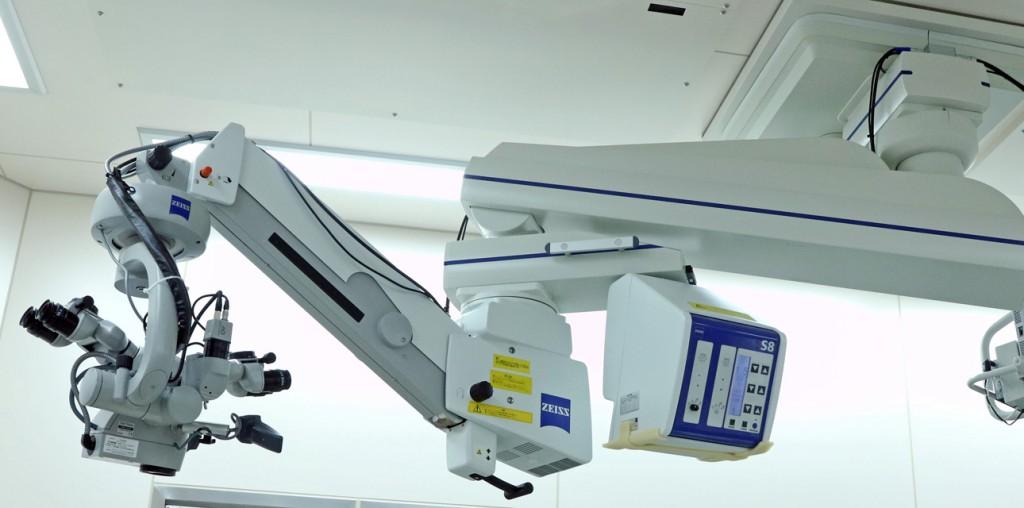 Carl Zeiss 社(ドイツ)製 天井懸架式 手術用顕微鏡